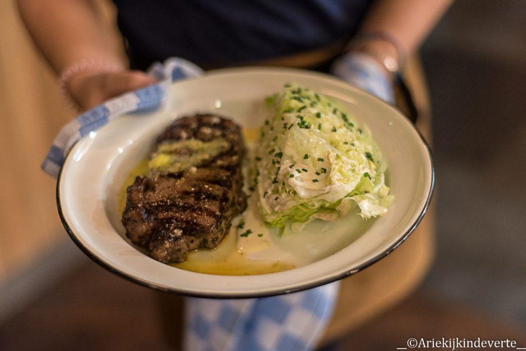 Steak met ijsbergsla bij Jamie's Diner